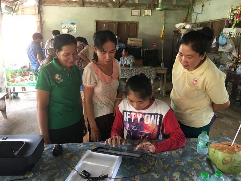 Kham Mak村にPC、プリンター、反射テープを贈りました。